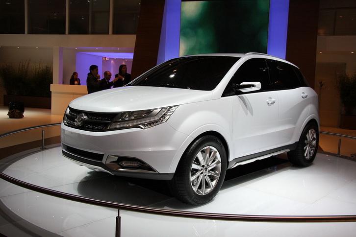 Пока что сборка нового автомобиля SsangYong New Actyon будет носить исключительно тестовый характер, а произведенные там автомобили, будут предназначаться только для проведения испытательных заездов. Серийный выпуск данной модели начнется совсем скоро – в январе месяце будущего 2011г., в салоны дилеров новое авто поступит уже в феврале. Новый кроссовер SsangYong New Actyon построен на базе концептуального автомобиля SsangYong C200, который был представлен широкой публике еще пару лет назад, а на автомобильных рынках этот концепт носит название Korando. Ранее сообщалось, что данный автомобиль построен на новом шасси, которое будет скоро использоваться для остальных моделей. Также авто имеет систему полного привода и несущий кузов. Первоначально новинка станет доступна потребителям лишь в версии 2л. дизельного двигателя, который имеет мощность 173л/сил и крутящий момент 380Нм, который будет работать на пару с 6-ступенчатой механической КПП или же автоматической КПП по выбору. Чуть позже можно будет приобрести автомобиль SsangYong New Actyon с бензиновым агрегатом – 115л/сил, и с дизельным агрегатом – 150л/сил.