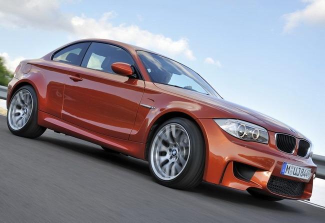 Североамериканские покупатели в ближайшее время познакомятся с новым автомобилем BMW 1-Series M Coupe на очередном международном автосалоне, который пройдет в марте месяце текущего 2011г. в Женеве. Эффектная и яркая новинка за счет своего фирменного аэродинамического обвеса стала немного крупнее обыкновенной «копейки». Новинка была оснащена 3л. рядовым 6-цилиндровым двигателем, с двумя турбонагнеталеями, которая развивает мощность 335л/сил. Максимальный крутящий момент составляет 450Нм и доступен в диапазоне 1,5-4,5 тысячи оборотов в минуту. Также силовая установка оснащена функцией кратковременного давления наддува до 500Нм. Этот двигатель работает вместе с 6-ступенчатой механической КПП. Благодаря такому агрегату на разгон до 100к с места уходит лишь 4,9 секунды. Максимальная скорость автомобиля ограничивается электронной системой на отметке в 250км/час. Длина нового автомобиля составляет 4379мм, высота – 1436мм и ширина – 1803мм. Для достижения максимальной стабильности авто на дороге была расширена передняя колея на 71мм, а задняя на 46мм. Конструкторы также потрудились и над сокращением веса автомобиля, который удалось снизить до 1495кг.