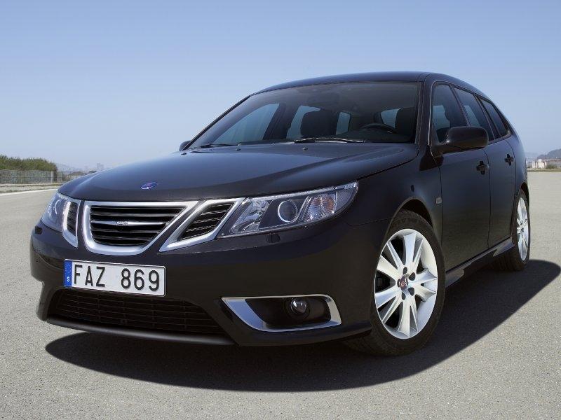 Новые владельцы автомобилестроительной компании Saab вовсю пышут оптимизмом, а также уверяют, что данная шведская автомобильная компания находится на самом пороге настоящего прорыва. Но на недавно прошедшем международном Женевском автосалоне, компания Saab, так и не представила широкой публике своих новых серийных моделей. И все же заглянуть в гости к шведам стоило. Заглянуть для того, чтобы узнать, что теперь автомобиль Saab 9-3 будет именоваться как 9-3 Griffin. Этот модернизированный автомобиль традиционно получил другие задний и передний бамперы, новую панель приборов и немного другие материалы отделки интерьера. Силовую линейку в компании решили не трогать, поэтому тут ничего нового нет. Помимо всего прочего, компания Saab привезла на Женевскую автомобильную выставку и универсал 9-5, новая модель которого получила название 9-5 Sport Combi. Пожалуй, это и был единственный новый кузов, который создали в компании с момента ее перехода под контроль голландской компании «Spyker». Этот универсал получился очень даже приличным, с современными системами для перевозки грузов, а также большим по своему объему багажником и качественными материалами отделки.